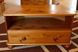 Corner TV table with one drawer in pine.