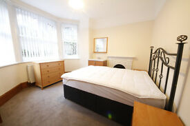 BEAUTIFUL THREE BEDROOM APARTMENT IN THE PRESTIGIOUS QUEENS CLUB GARDENS
