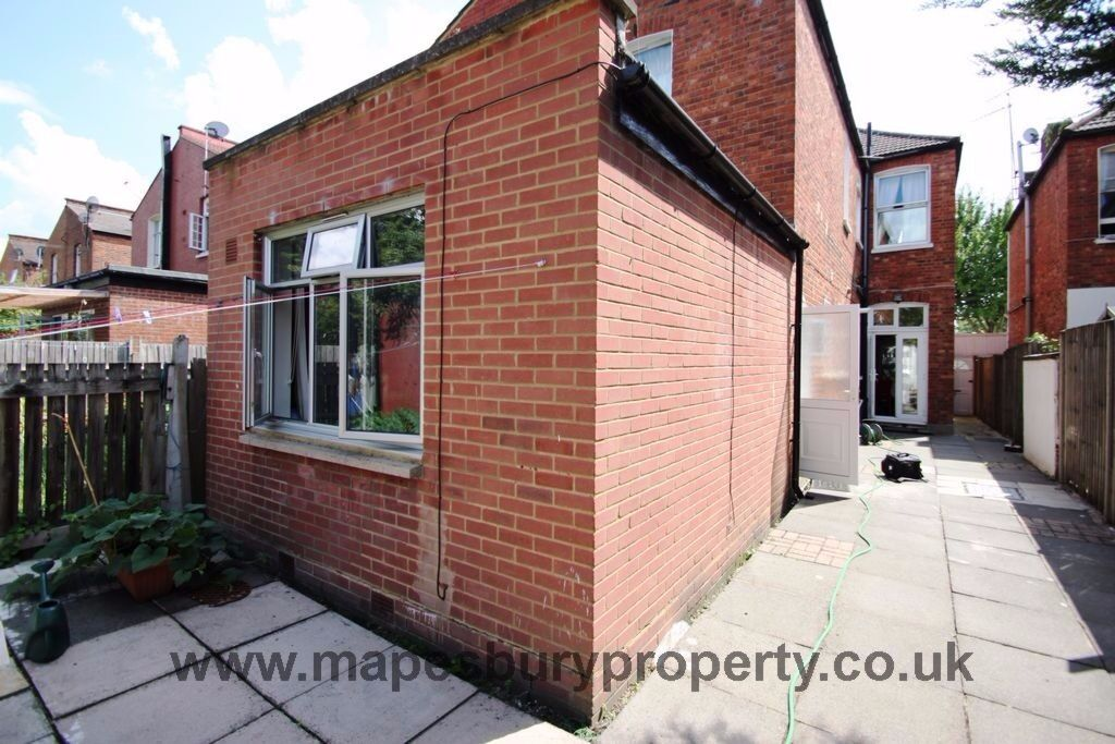Studio to Rent - Cricklewood NW2 - Would Suit Professional - Near Station - All Bills Included