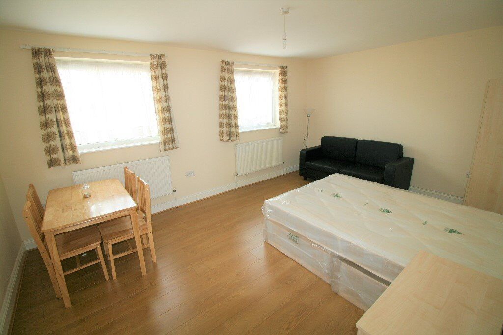 Newly refurbished 3 Bedrooms Flat! Ilford, Central Line! Free parking