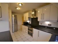 Stunning Large 3 Double Bedroom Flat In Wimbledon, Only 14mins Walk to Southfields Tube Station