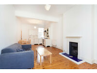 1 DOUBLE BEDROOM FIRST FLOOR FLAT/OPEN PLAN LIVING SPACE WITH WOOD FLOORS/BEDROOM WITH GOOD STORAGE