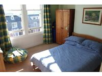 Spacious bedroom (for ONE person) in family home in St. Andrews. Meals included!
