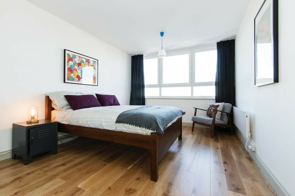 Huge Double Bedroom Available in Tolworth - close to the trian station and boardway