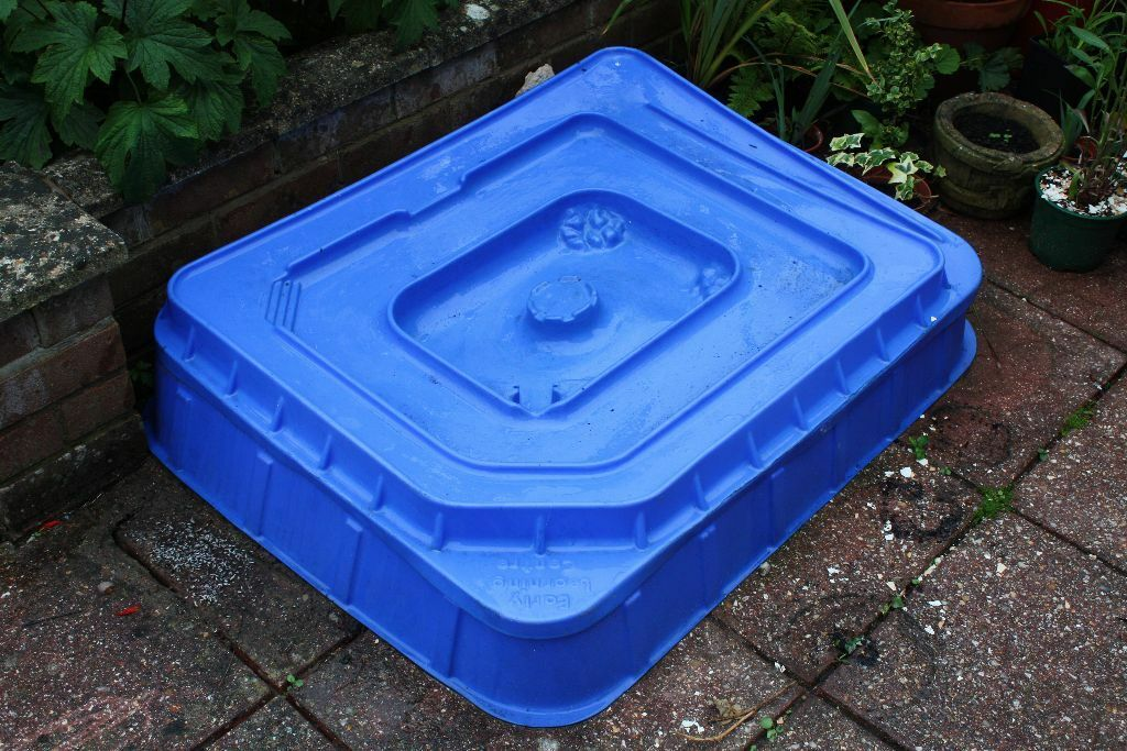 Childrens plastic sandpit with lid sand a few toys in for Elc paddling pool