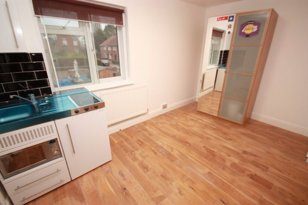 A split level studio flat close to zone 2 stations and local amenities