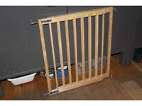 Tomy adjustable wooden stairgate