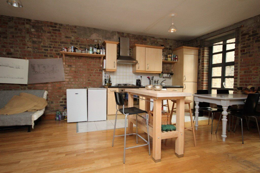 **Great 2 bedroom apartment with exposed brick work located moments from liverpool street station**