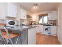 Greenland Quay - A spacious four bedroom two bathroom town house close to Canada Water station
