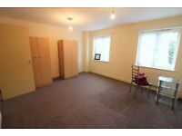 3 Bedrooms 3 Toilets and Bathroom Town House with Garage and garden in Chadwell Heath
