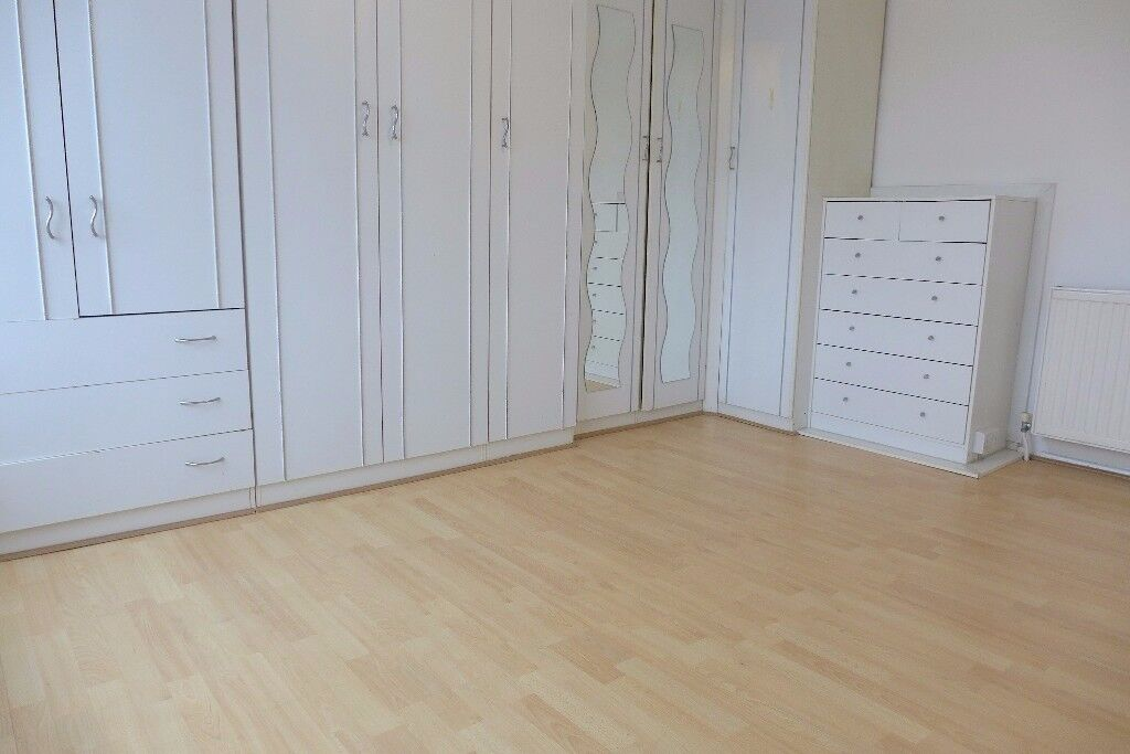 ALL BILLS INCLUDED! A LOVELY LARGE 3 BED UNFURNISHED FLAT ON THE 1ST FLOOR FLAT - CR4 - MUST SEE