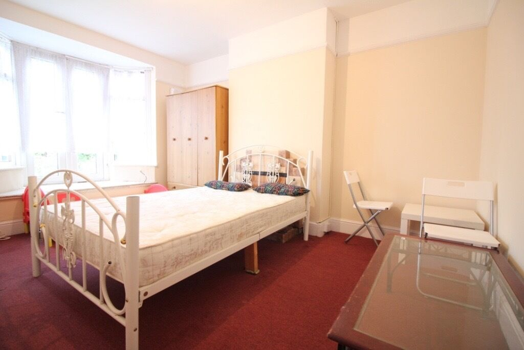LARGE REDECORATED ONE BED FLAT WITH GARDEN- HOUNSLOW WEST HESTON OSTERLEY HEATHROW CRANFORD AREAS