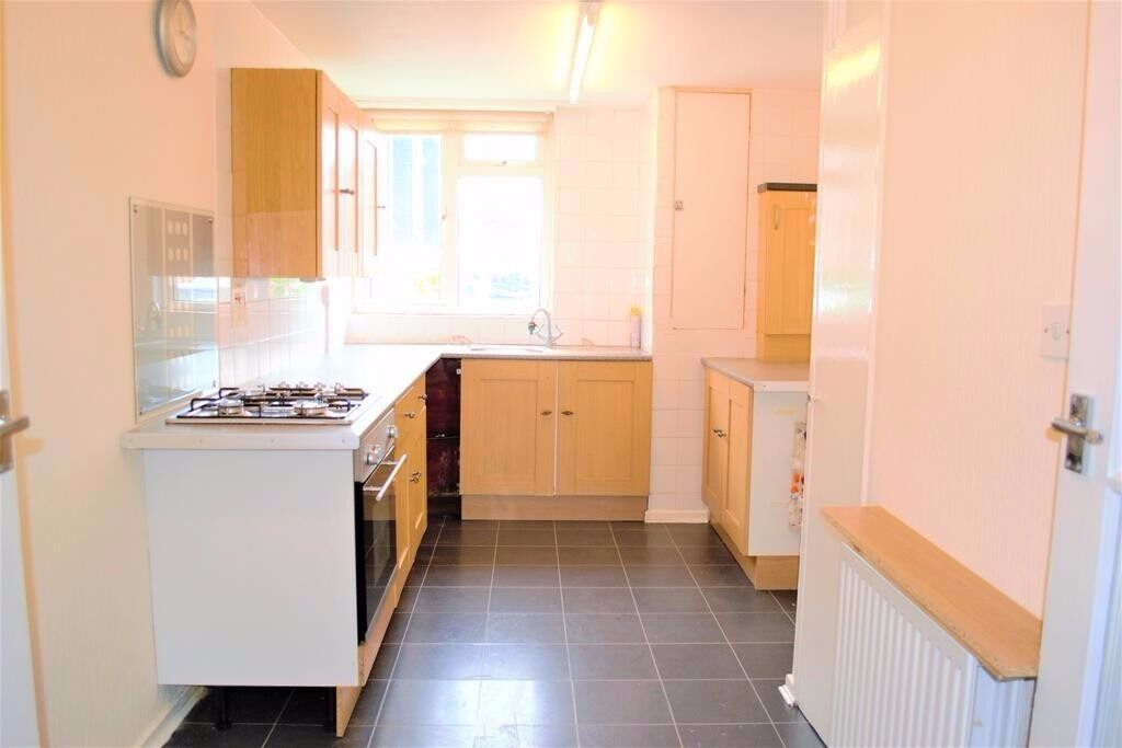 PROPERTY HUNTERS ARE PLEASED TO OFFER MODERN 3 BEDROOM HOUSE TO RENT FOR £1200PCM IN ROMFORD!