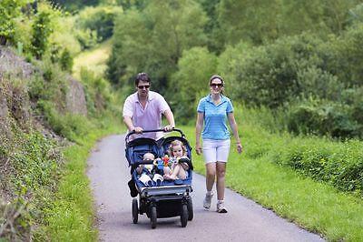 Geschwisterwagen gibt es sowohl als Tandem- als auch als Doppelsitzer-Modell. (Foto: Thinkstock)