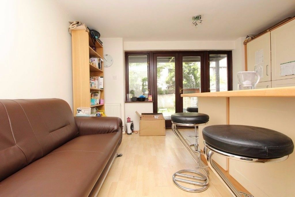 *DOUBLE ROOM IN CANARY WHARF WITH PARKING! MODERN FLAT WITH BILLS INCLUDED!