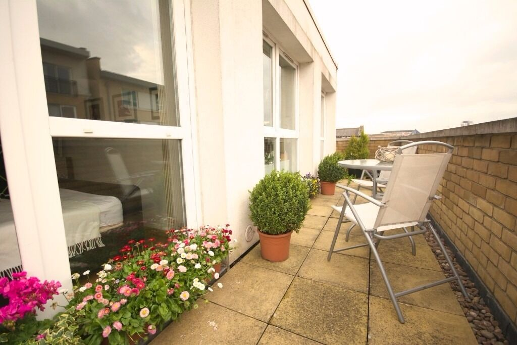 AVAILABLE FROM 5TH JUNE 2017 TOP FLOOR ONE BEDROOM APARTMENT WITH A TERRACE AREA FURNISHED E14