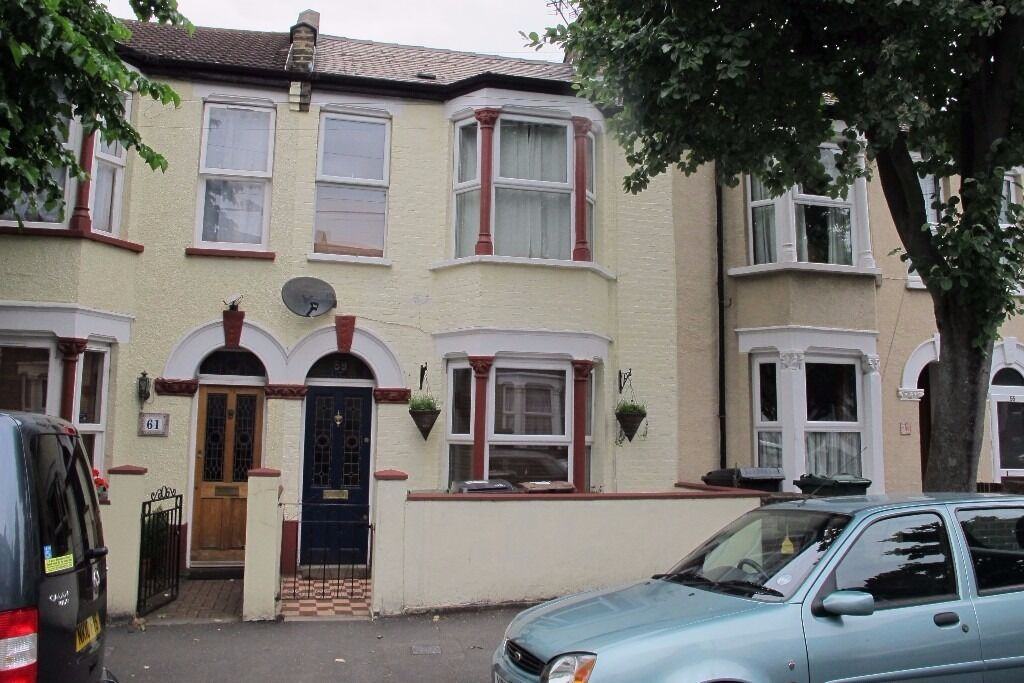A TWO DOUBLE BEDROOM MID TERRACED HOUSE LOCATED CLOSE TO ST. JAMES PARK AND ST. JAMES STREET STATION