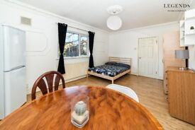 HUGE ROOM TO RENT - ZONE 1 - COUPLES OR 2 FRIENDS WELCOME - CALL ME 07547709642