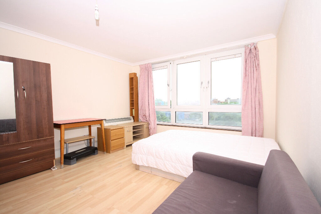 Spacious one bedroom apartment, access into Canary Wharf and the City.