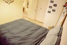 Double bedroom with double built-in wardrobe, in a cool flat!