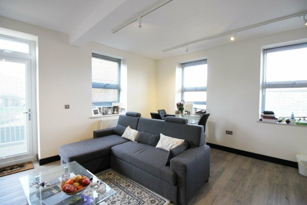 ***AMAZING 1 DOUBLE BEDROOM MODERN APARTMENT WITH A PRIVATE BALCONY - A MUST SEE***