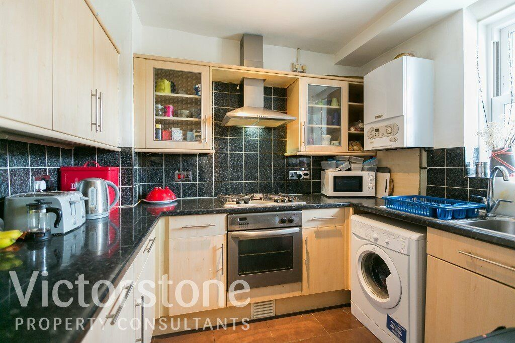 THREE DOUBLE BED FLAT SHOREDITCH £470 PER WEEK - LIVERPOOL STREET ALDGATE