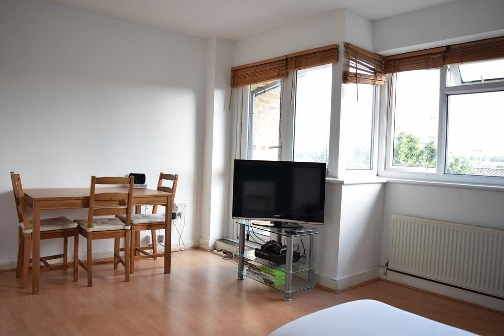DOUBLE ROOM THURSLEY GARDENS R1 $150 PCW BILLS INCLUDED
