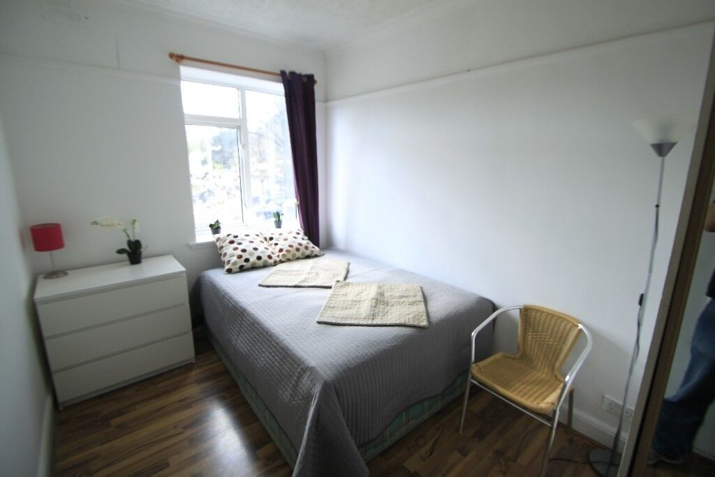 DOUBLE ROOM (SINGLE USE) IN A HOUSE WITH TERRACE, 1 MIN FROM PICCADILLY LINE