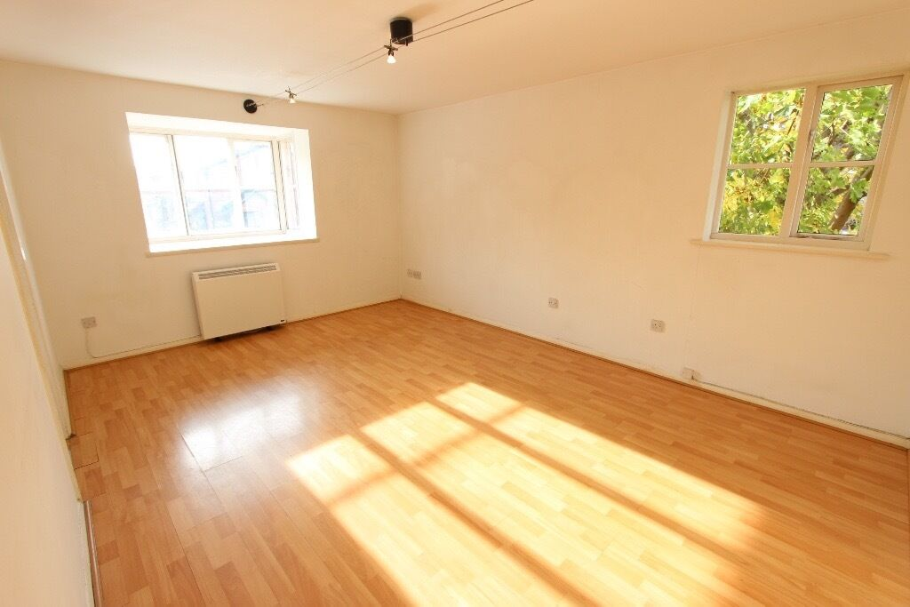 AVAILABLE NOW. 2 BED FLAT, WALKING DISTANCE TO TRAIN, SHOPS EN2