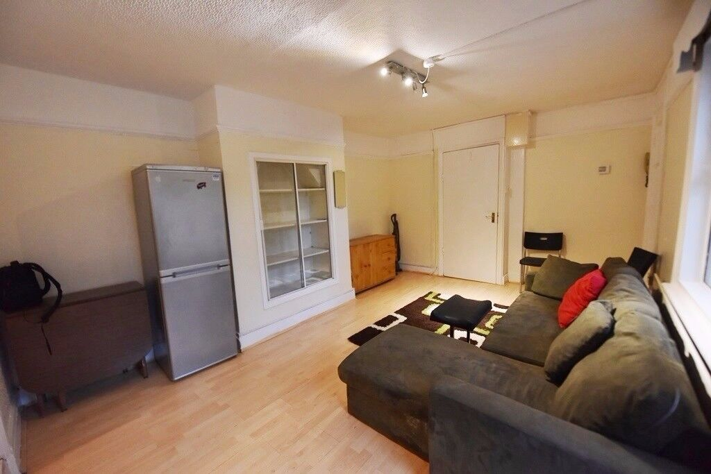 2bed furnished ground flat,Clapham South , 5 min walk from Clapham North Tube station,private patio