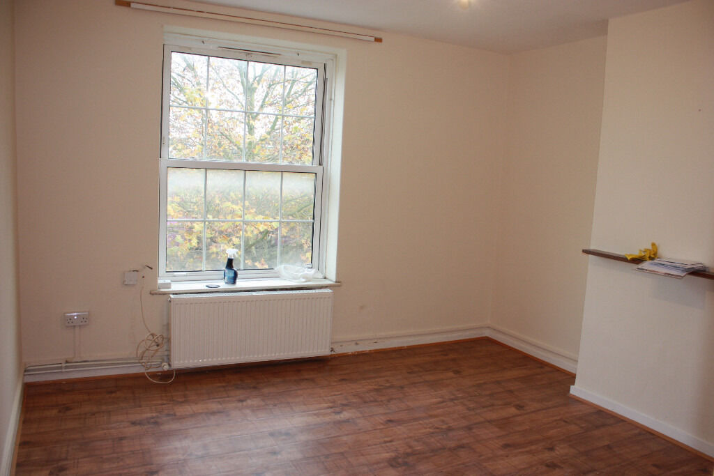 Newly refurbished 2 bedroom flat with no lounge available now in Elephant and Castle.