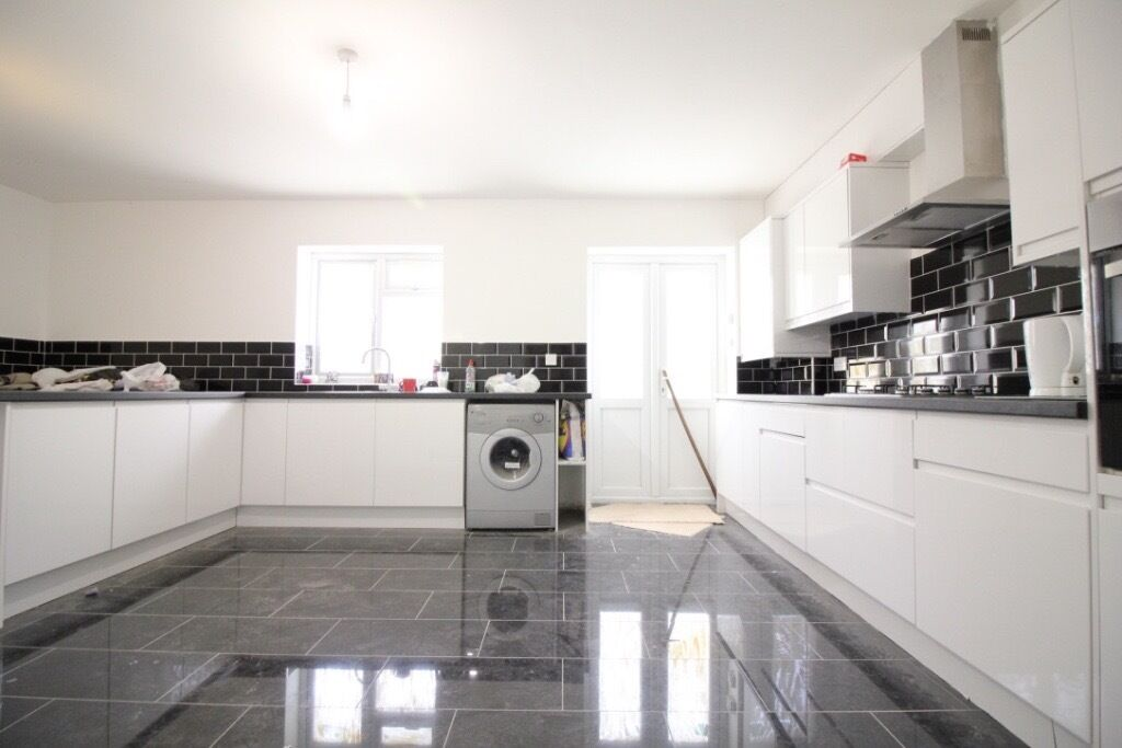 HUGE FULLY REFURBISHED SIX BED & FIVE BATHROOM HOUSE WITH PARKING- ASHFORD HEATHROW STANWELL STAINES