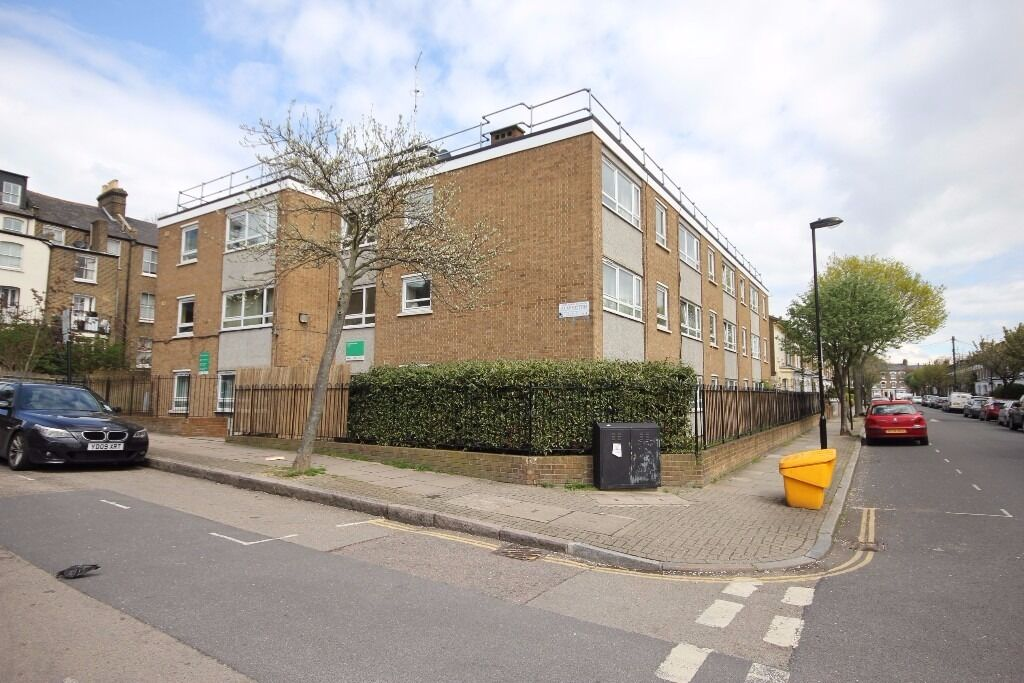 **Cheap** spacious 1 bedroom flat with a private balcony located in Finsbury Park N4