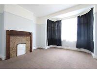 3 bedroom flat in Lambourne Gardens, Chingford, E4
