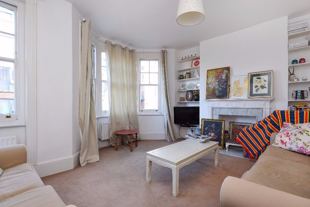 A bright & spacious split-level flat with 3 double bedrooms & private roof terrace. Stewarts Rd SW8