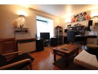 Coe Avenue - Spacious studio flat with separate kitchen with communal garden and parking !!