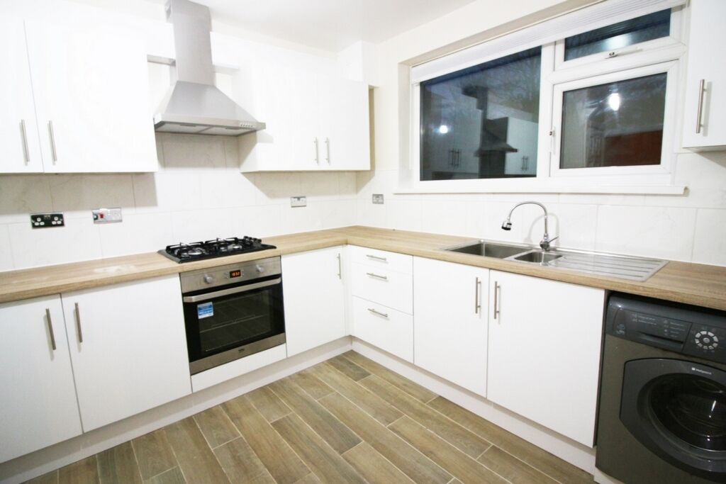 3 bedroom house in Colchester Avenue, Manor Park, E12