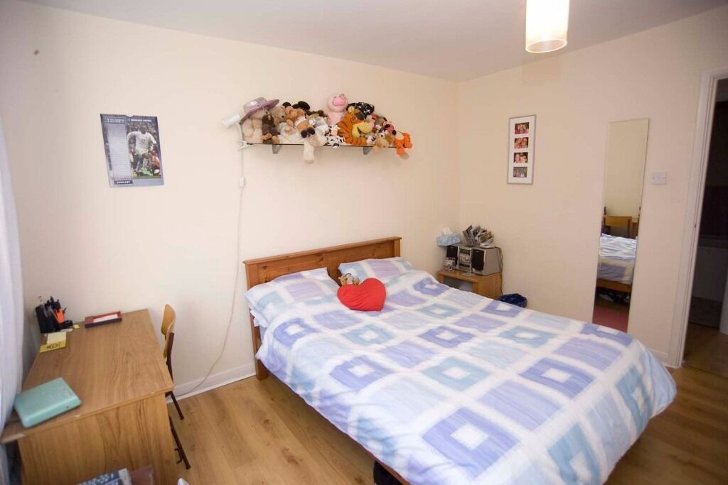 AVAILABLE 2 Bed Flat in Abbott Avenue, West Wimbledon, SW20!!!