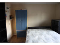 Studio flat on Old Kent Road available right away.