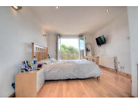 Spacious triple room with ensuite and walk-in wardrobe