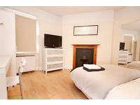 * Fantastic large double bedroom perfect for professionals working in the City!