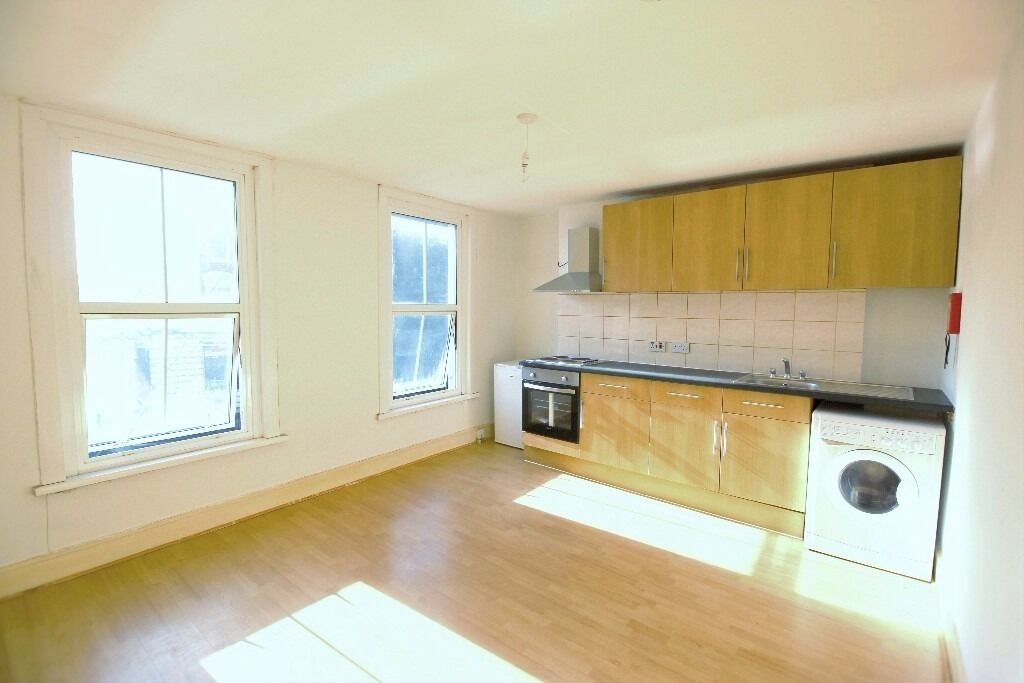 Spacious 1 bedroom Flat on Commercial West Ferry DLR Stn Road. All Bills Inclusive. DSS Considered.