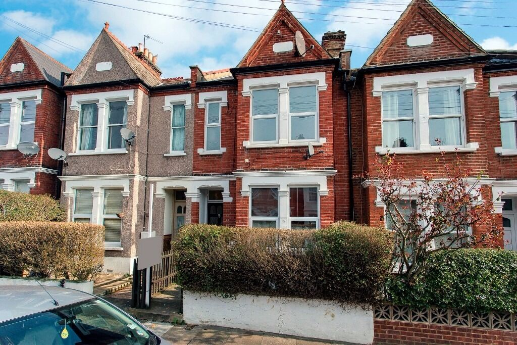 A Sharers Dream! Part Bills Included - 3 Large bedrooms, Easy Access into the city, Garden