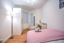 Large double room in a fantastic location. Available NOW!