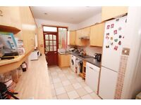 Single professionals only! A lovely ensuite room in a large house in Kensal Rise