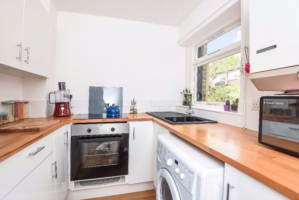 A unique opportunity to rent this one bedroom house in Southfields.