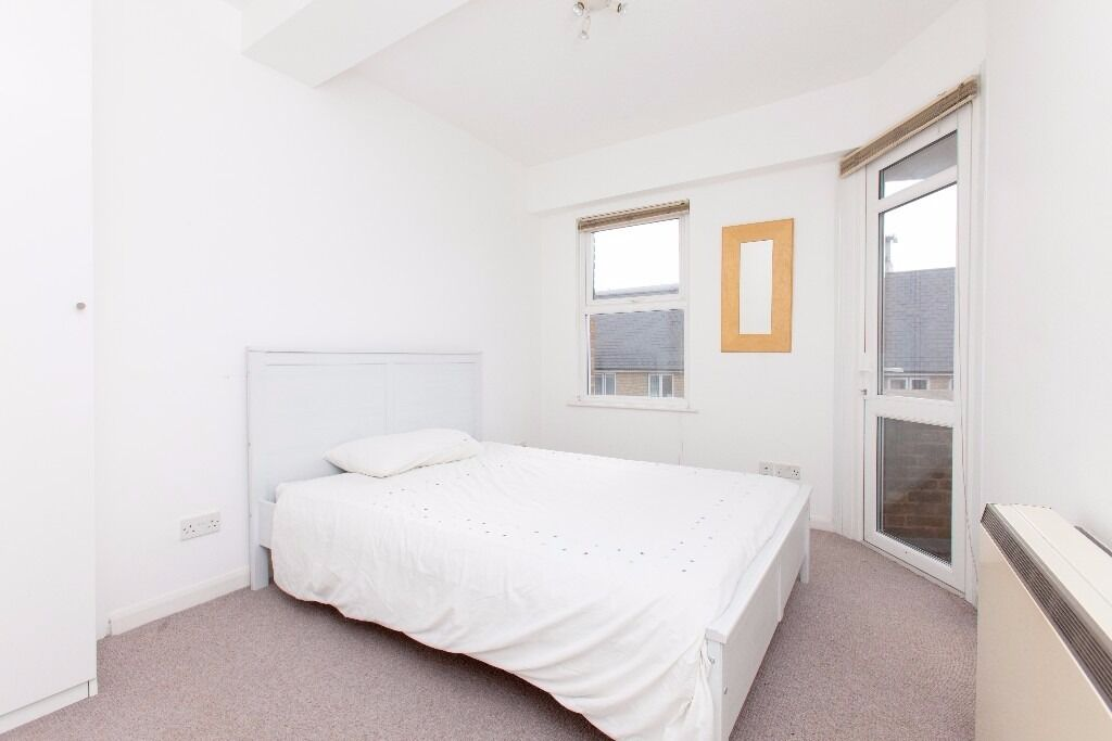 @ DUPLEX TWO BEDROOM APARTMENT - SECONDS FROM DLR - VIEWS OF CANARY WHARF - MOMENTS FROM RIVER!