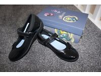 Girls Brand New Clarks Patent Leather Black School Shoes Size 2.5 F Gloforms CAN POST