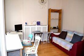 Beautifully presented 1 bedroom garden flat with parking in Hendon