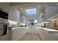 6 bedroom house in Kensington Avenue, Watford, WD18 (6 bed) (#984890)